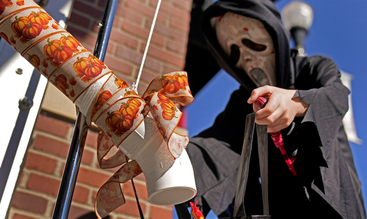 Families in the United States find a way to celebrate Halloween despite the pandemic